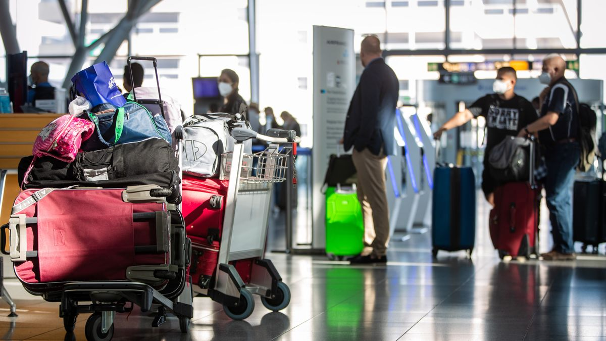 Fluggäste an einem Check-in Schalter