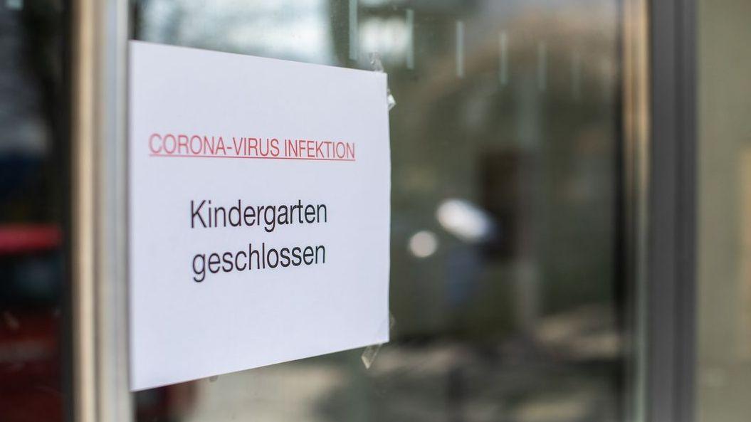 """Schild mit der Aufschrift: """"Kindergarten geschlossen"""""""