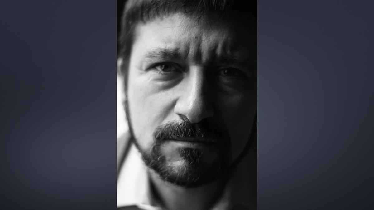 Sehr nah aufgenommenes Schwarz-Weiß Porträt von Autor Julian Voloj