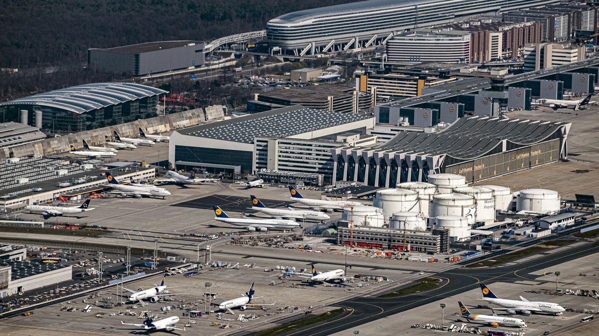Luftbild, aufgenommen aus einem Flugzeug, vom Flughafen Frankfurt am Main.