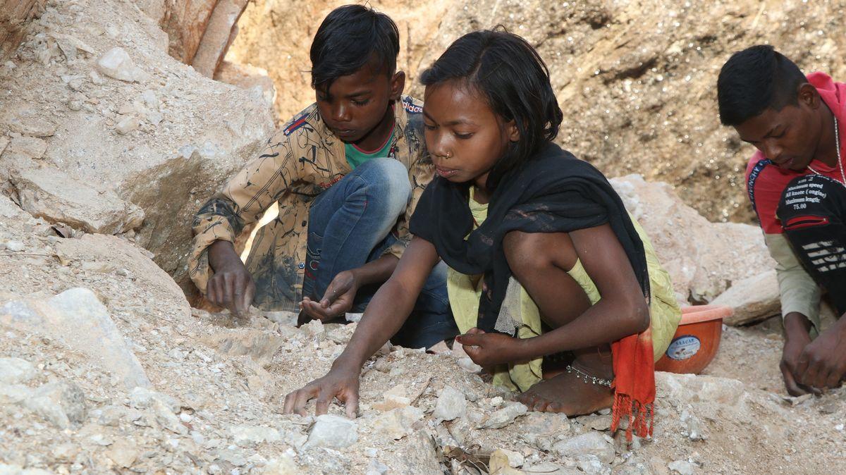 Kinder arbeiten im Steinbruch