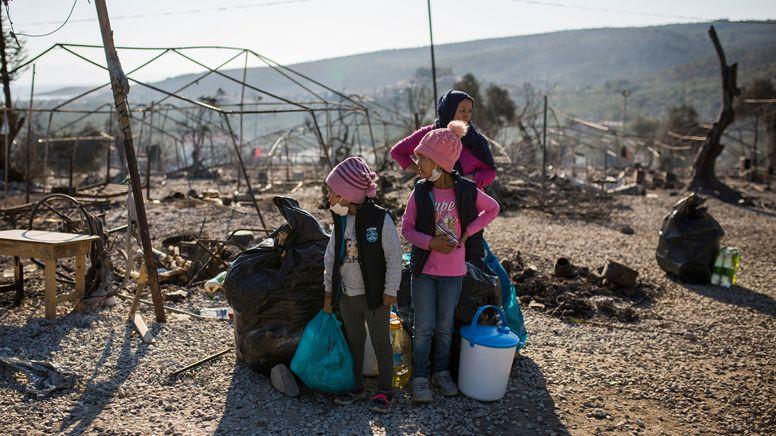 Eine Familie steht im ausgebrannten Flüchtlingslager Moria | Bild:dpa-Bildfunk/Socrates Baltagiannis