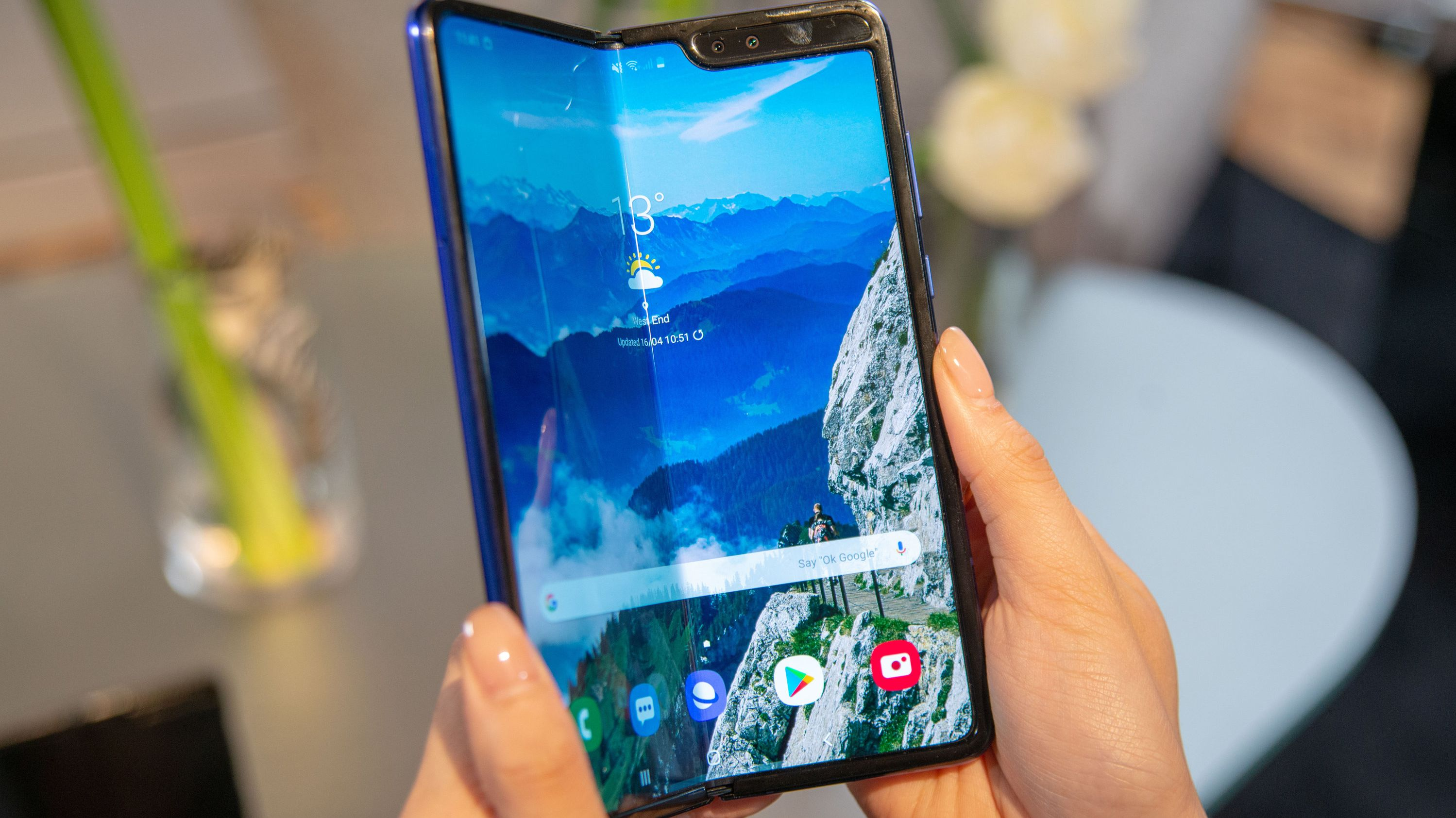 Ein Serienmodell des Samsung Galaxy Fold Tablet-Smartphones