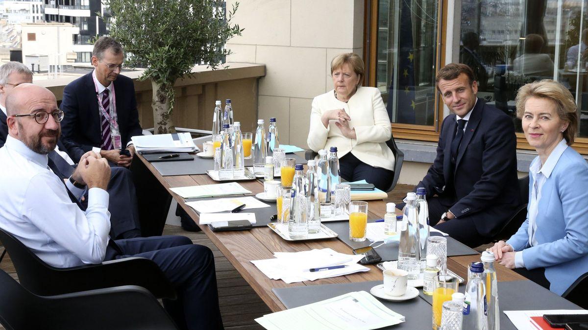 Charles Michel, Präsident des Europäischen Rates, spricht mit Bundeskanzlerin Angela Merkel, Emmanuel Macron, Präsident von Frankreich, und Ursula von der Leyen, Präsidentin der Europäischen Kommission.