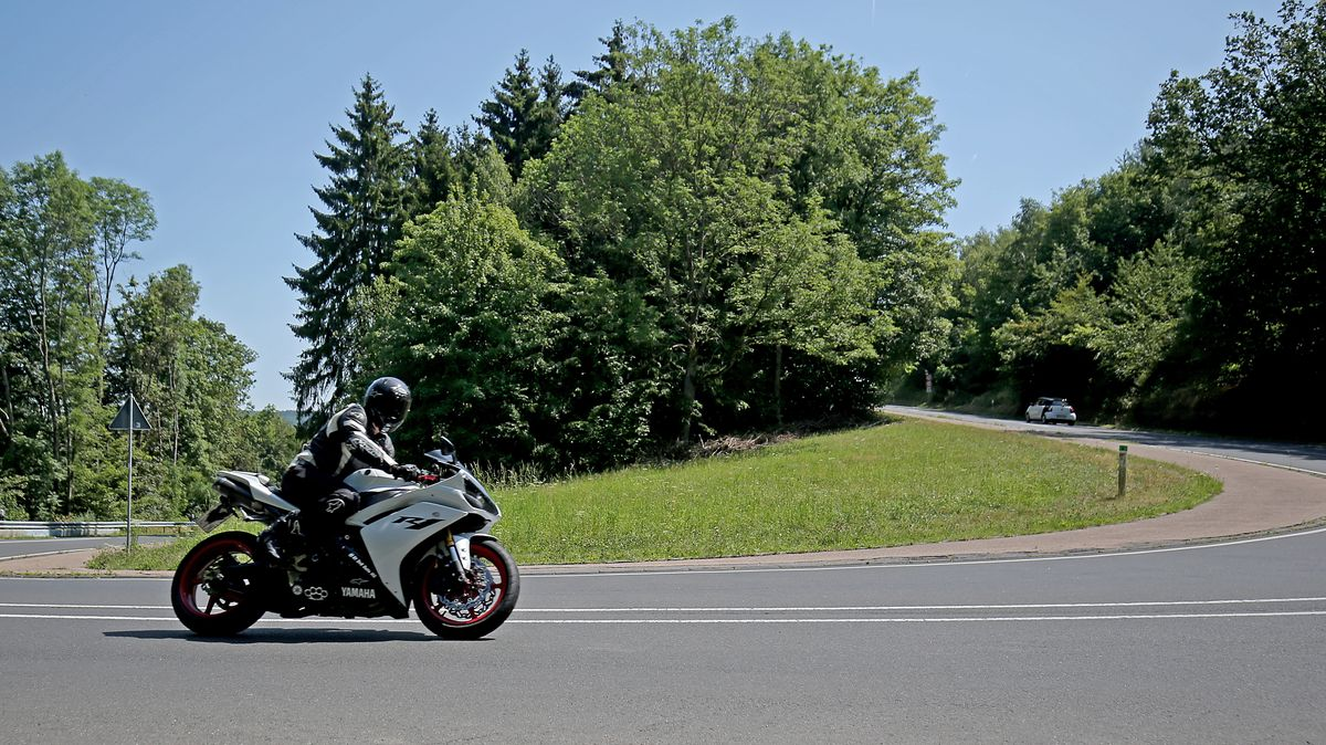 Motorradfahrer in Kurve