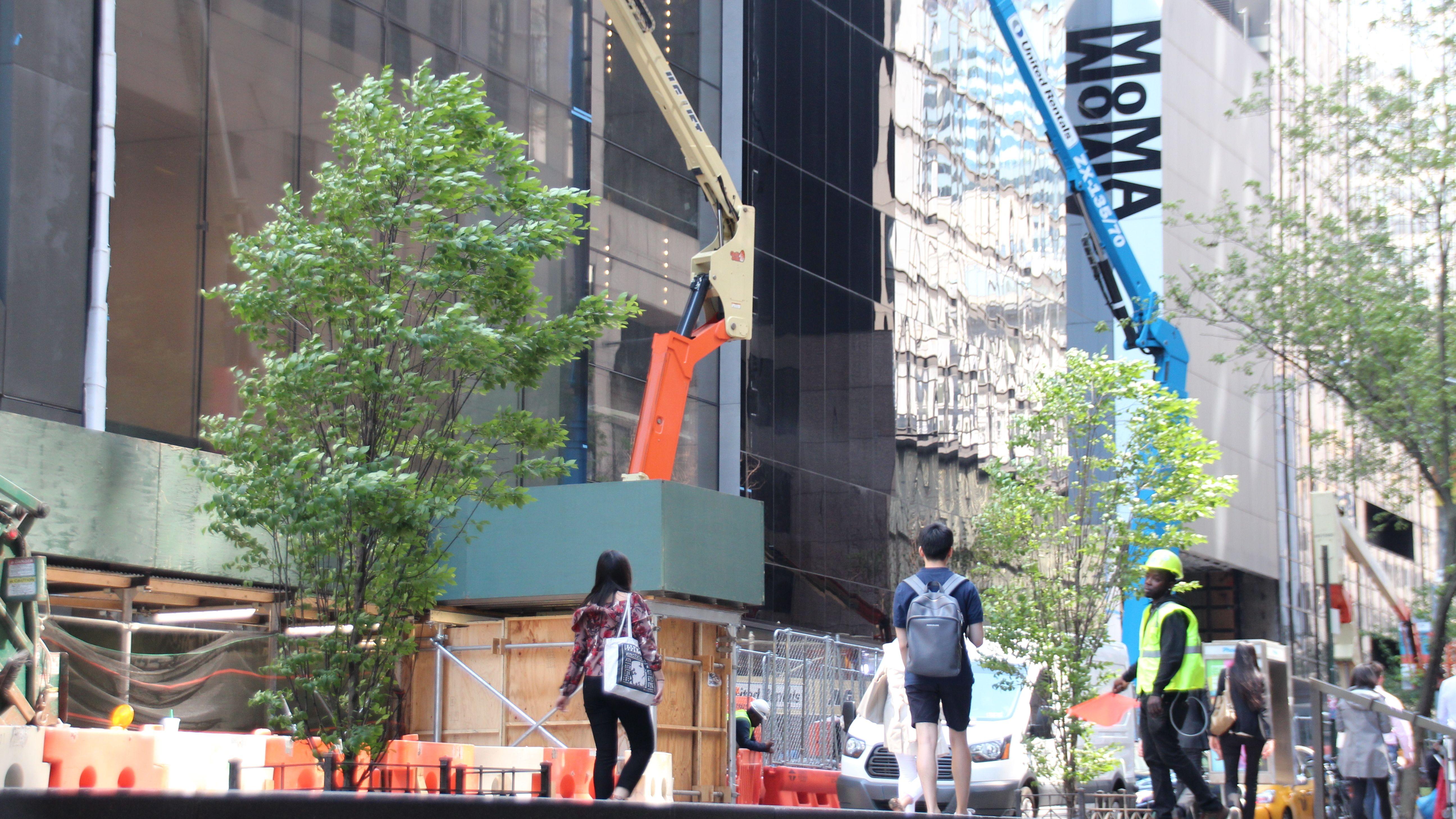 Zwei Kräne vor dem MoMA in New York