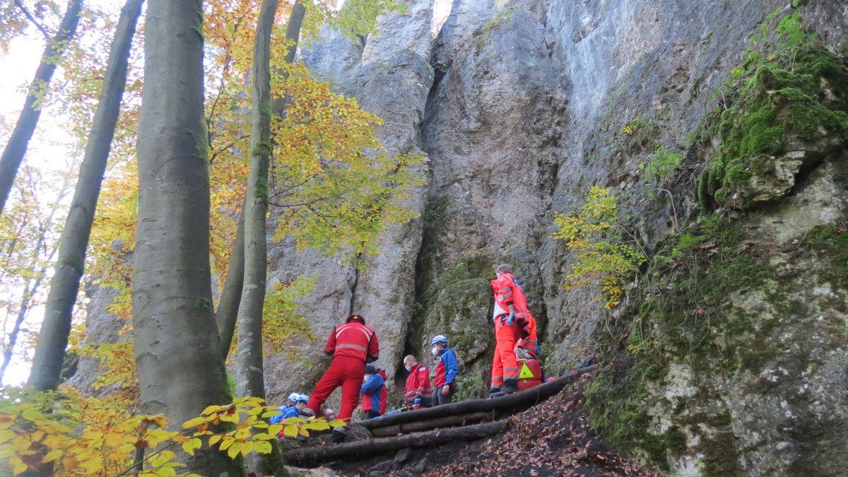 Rettungskräfte an der Unglücksstelle im Felsmassiv