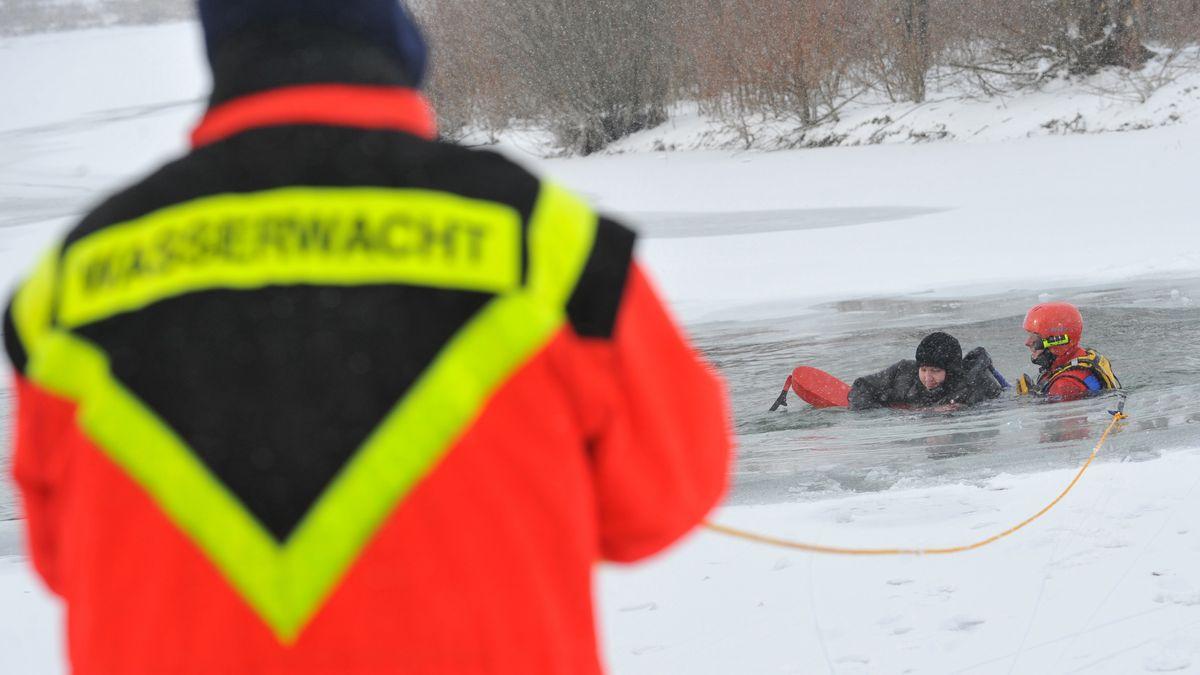 Wasserwachtler mit Warnjacke hält Rettungsseil