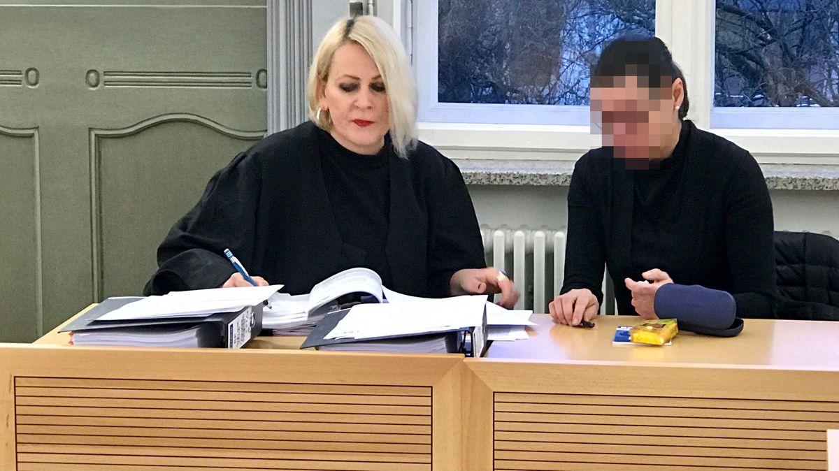 Die Angeklagte ehemalige Geschäftsführerin des Vereins Internationales Jugendkulturzentrum Bayreuth e.V. (rechts im Bild) sitzt auf der Anklagebank, neben ihr ihre Anwältin.