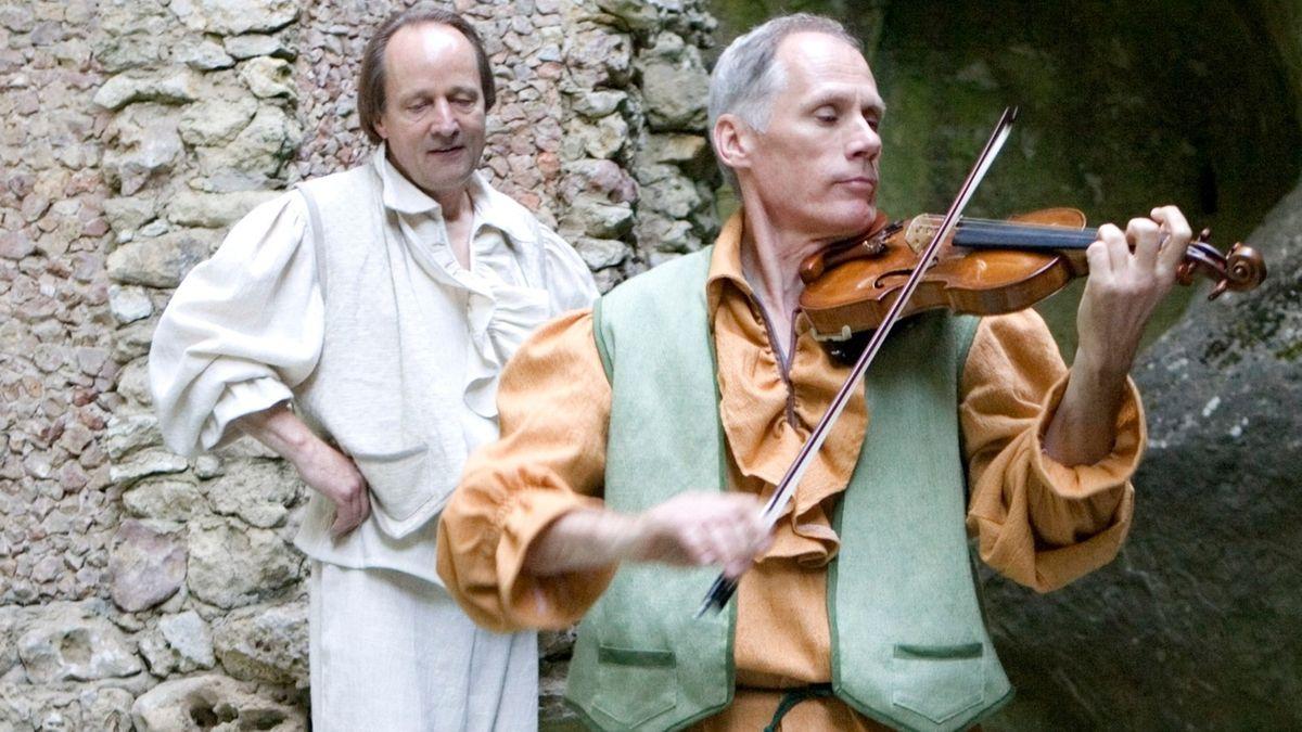 """Im Heckentheater Bayreuth treten Jan Burdinski (links im Bild) und Bogdan Lewandowski im Stück """"Aus dem Leben eines Taugenichts"""" auf."""