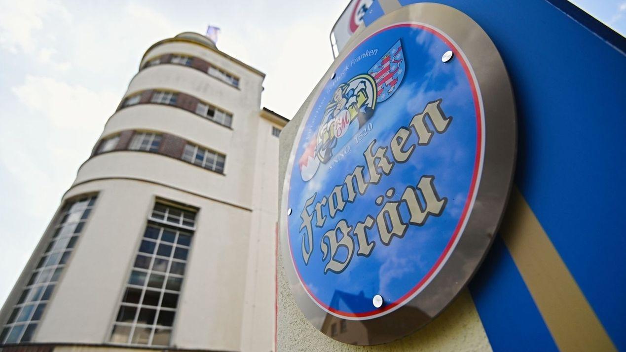 Das Brauereigebäude in Mitwitz mit dem blau-goldenem Schild, auf dem Franken Bräu zu lesen ist.