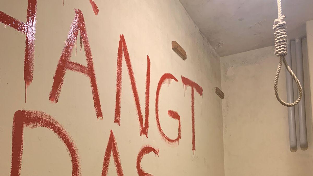 """""""Hängt das Schwein"""" steht mit blutroter Farbe an der Wand neben einem Galgen"""