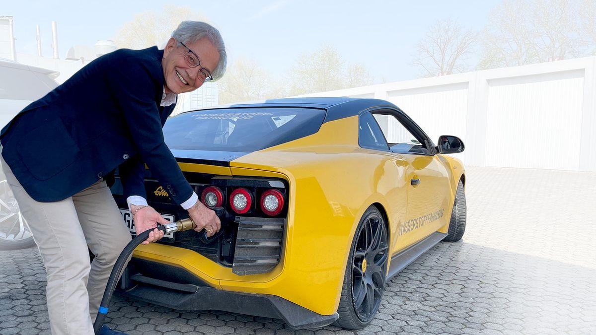 Roland Gumpert tankt sein Elektroauto, das mit einer Methanol-Brennstoffzelle ausgerüstet ist.