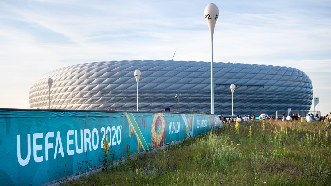 Der Schriftzug ·UEFA Euro 2020· ist vor dem Stadion in München zu sehen.