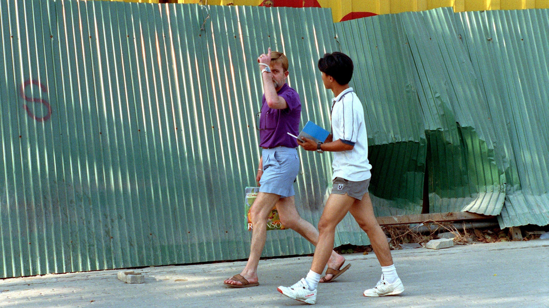 Ein Freier mit einem minderjährigen Thailänder in den Straßen Bangkoks, aufgenommen im Mai 1992.