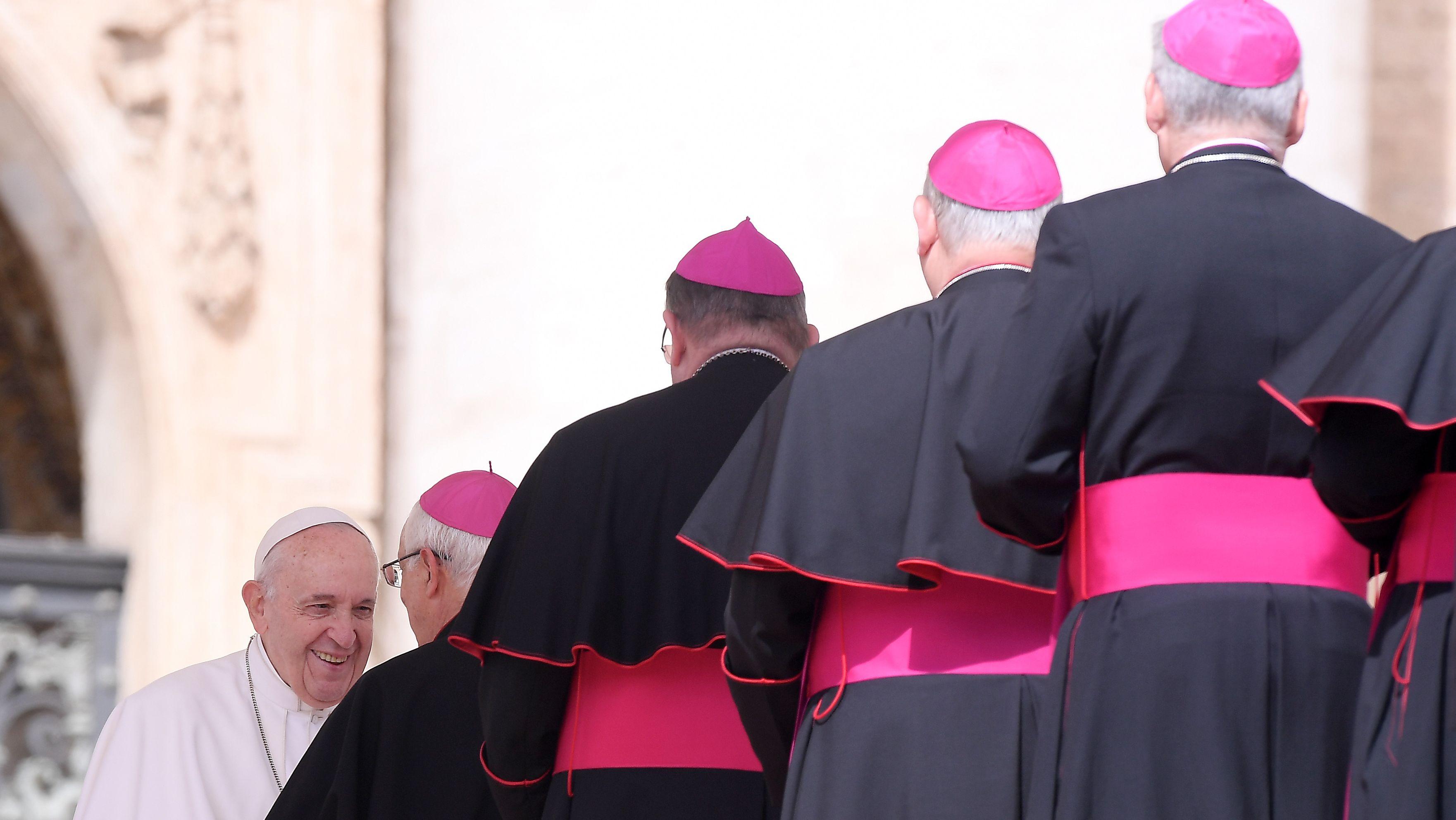 Papst Franziskus I. (li) empfängt Bischöfe aus aller Welt bei der wöchentlichen Generalaudienz auf dem Petersplatz
