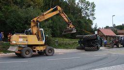 In Hummeltal ist ein Traktor umgestürzt. Eine Straße wurde mit Mais bedeckt.  | Bild:BR