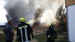Feuerwehrleute im Einsatz beim Brand eines landwirtschaftlichen Anwesens in Thyrnau im Landkreis Passau | Bild:Zema Medien