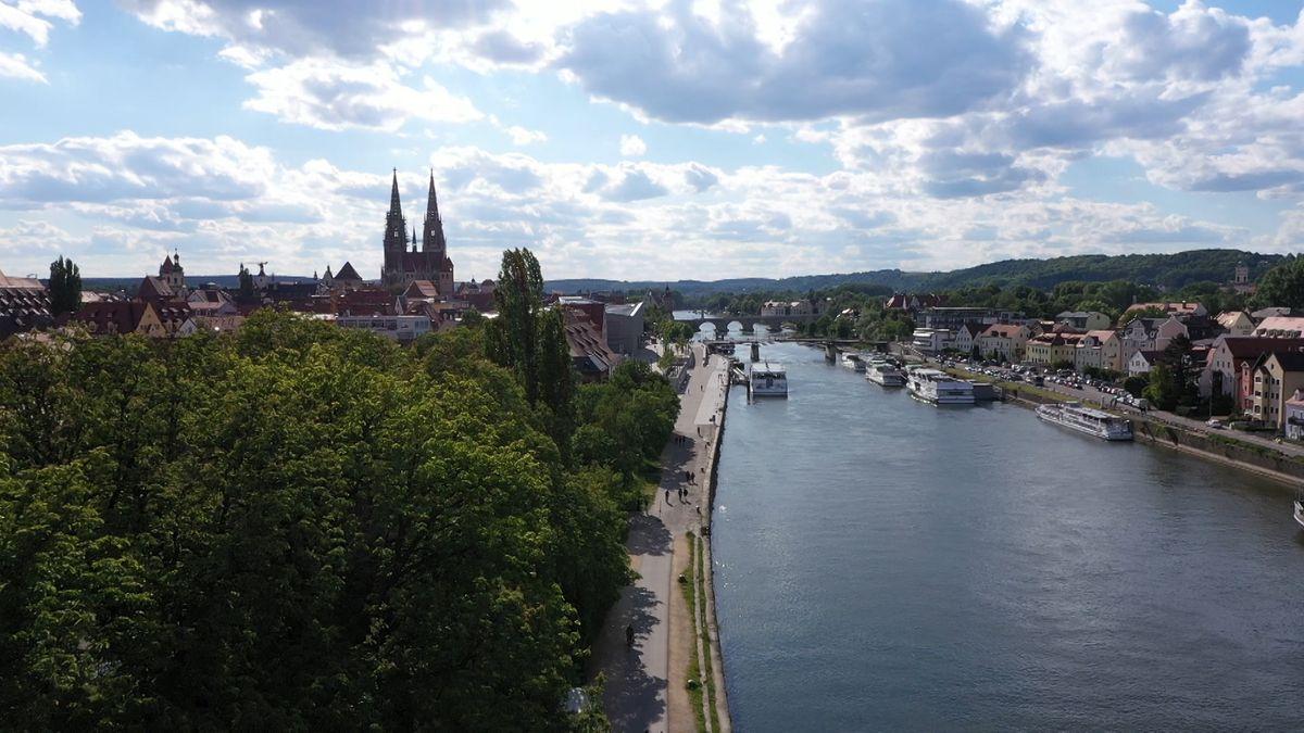 Ein Panorama der Donau, die durch Regensburg fließt.