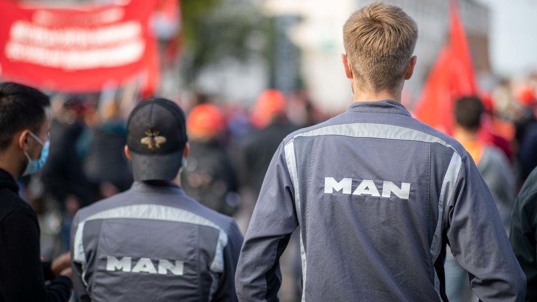 Beschäftigte des Lastwagenbauers MAN in Nürnberg protestieren gegen einen geplanten Stellenabbau.