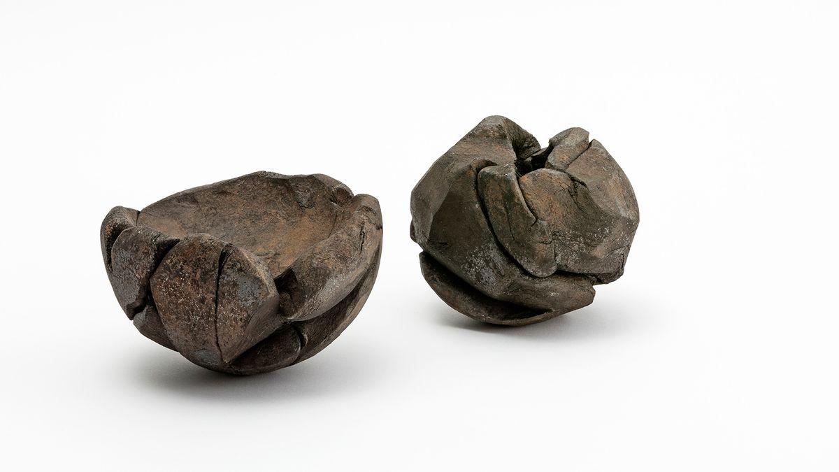 Zwei Objekte mit metallischer Oberfläche, die aussehen wie mit der Hand geknetet