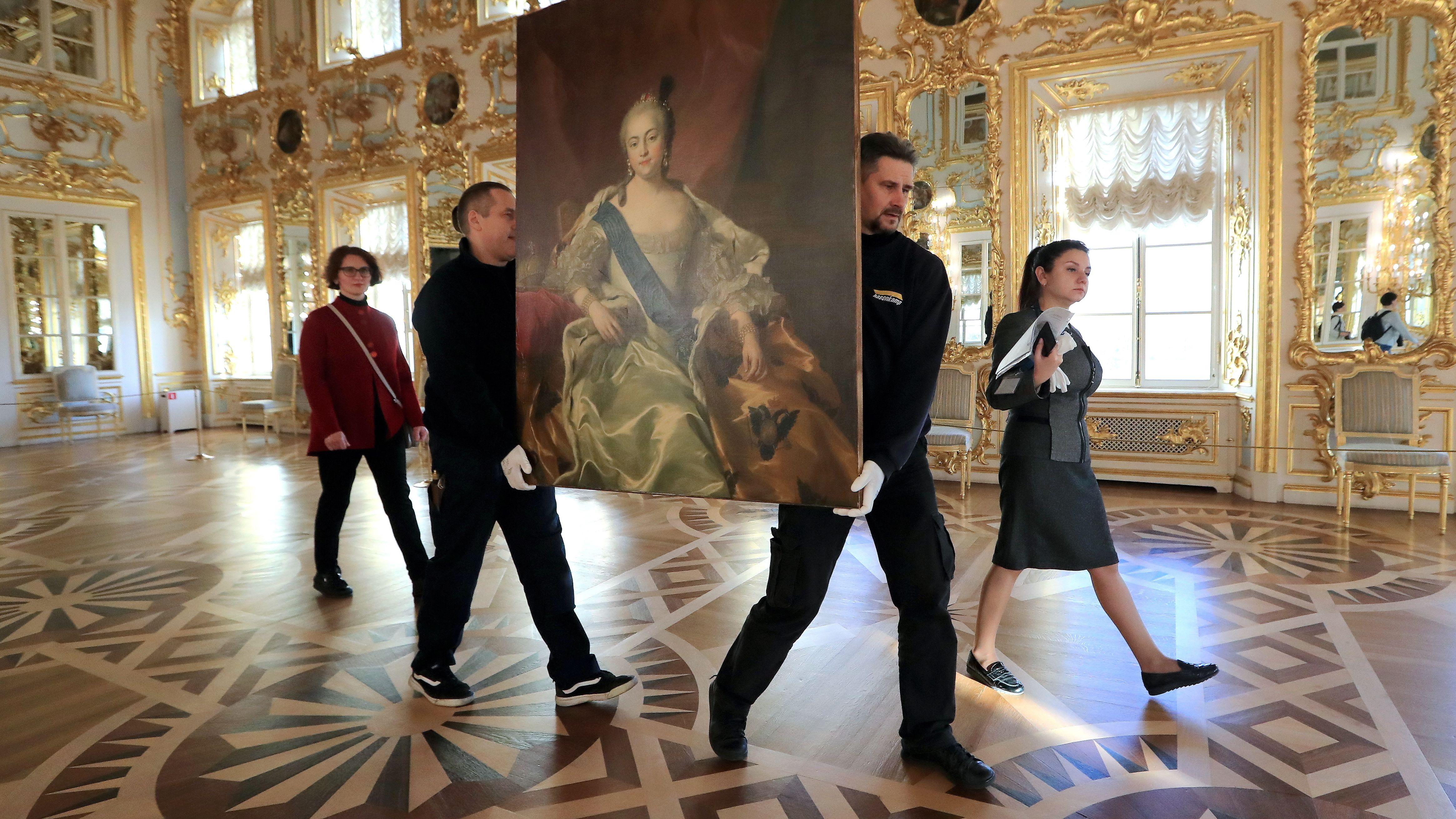 Mitarbeiter des staatlichen Museums in St. Petersburg