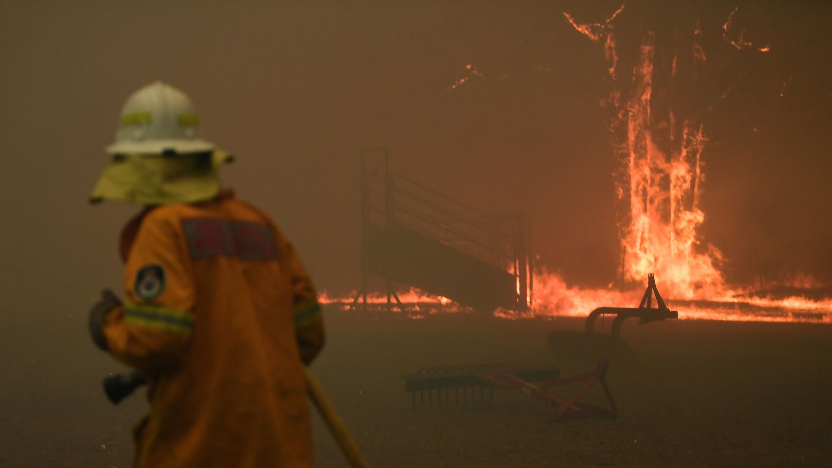 Feuerwehrleute versuchen südwestlich von Sydney einen Buschbrand zu löschen.