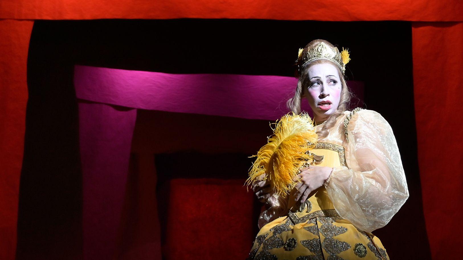 """Carol Schuler in Molières """"Amphitryon"""" an der Schaubühne Berlin, inszeniert von Herbert Fritsch"""