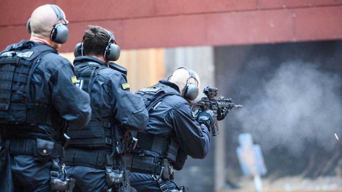 Training eines Ernstfalls mit Polizisten