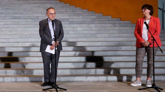 Norbert Walter-Borjans, Vorsitzender der SPD, und Saskia Esken, Vorsitzende der SPD, sprechen vor dem Kanzleramt.
