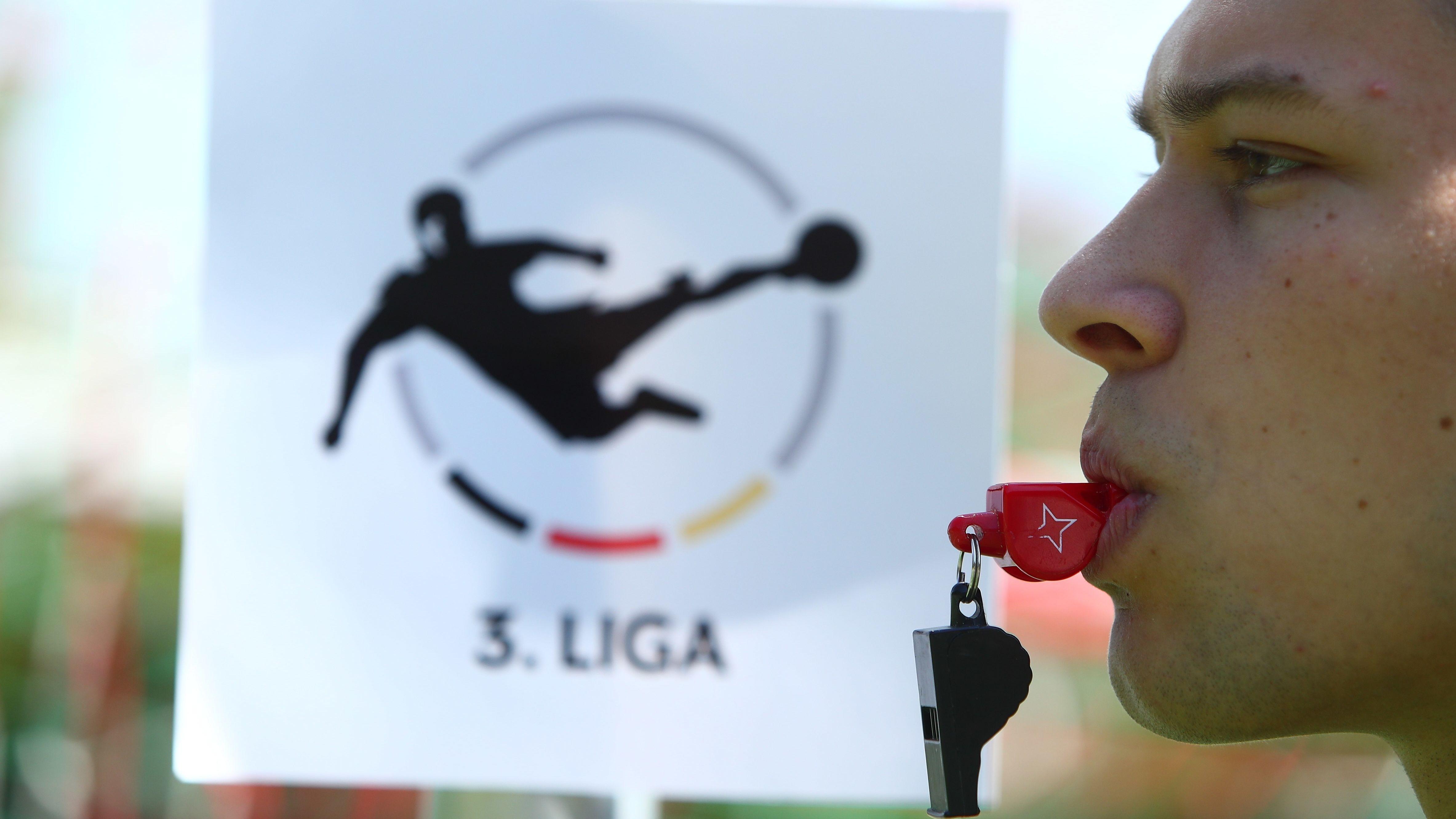 Drittligalogo und Mann mit Schiedsrichterpfeife