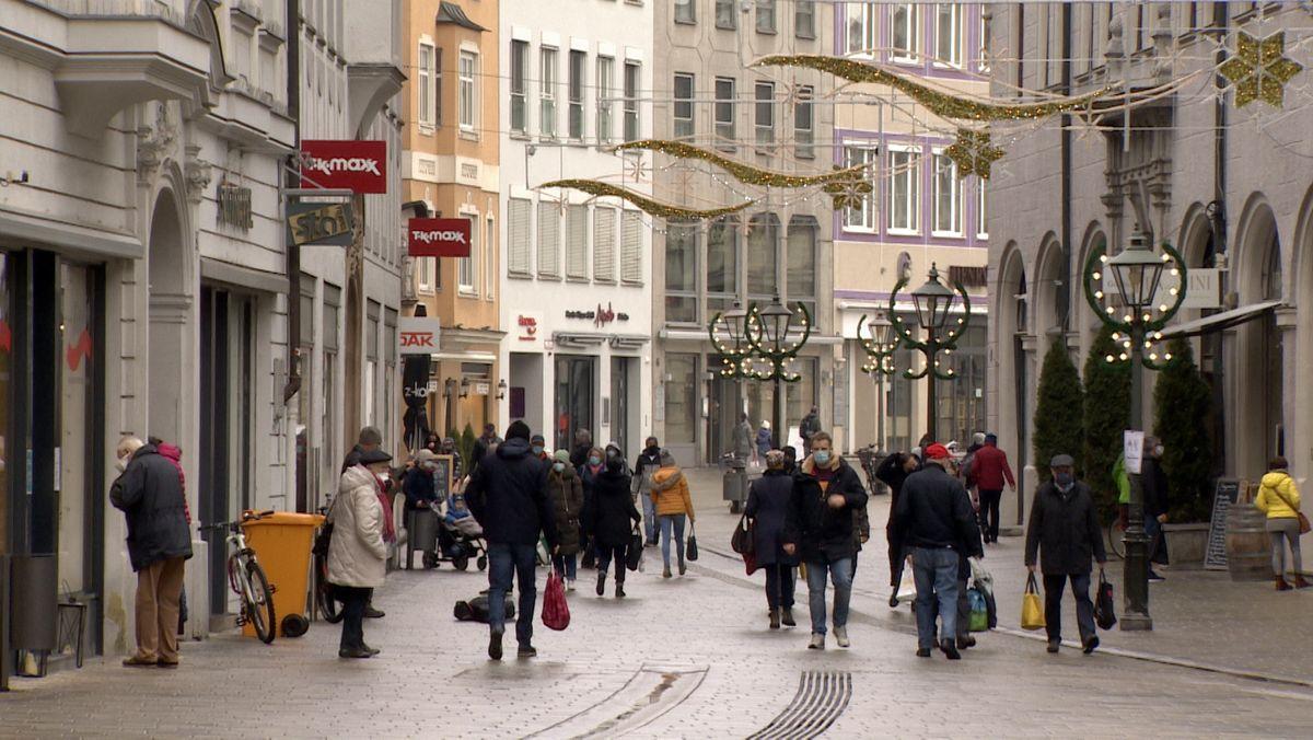 Nur wenige Passanten gehen durch die Fußgängerzone am Augsburger Rathausplatz.