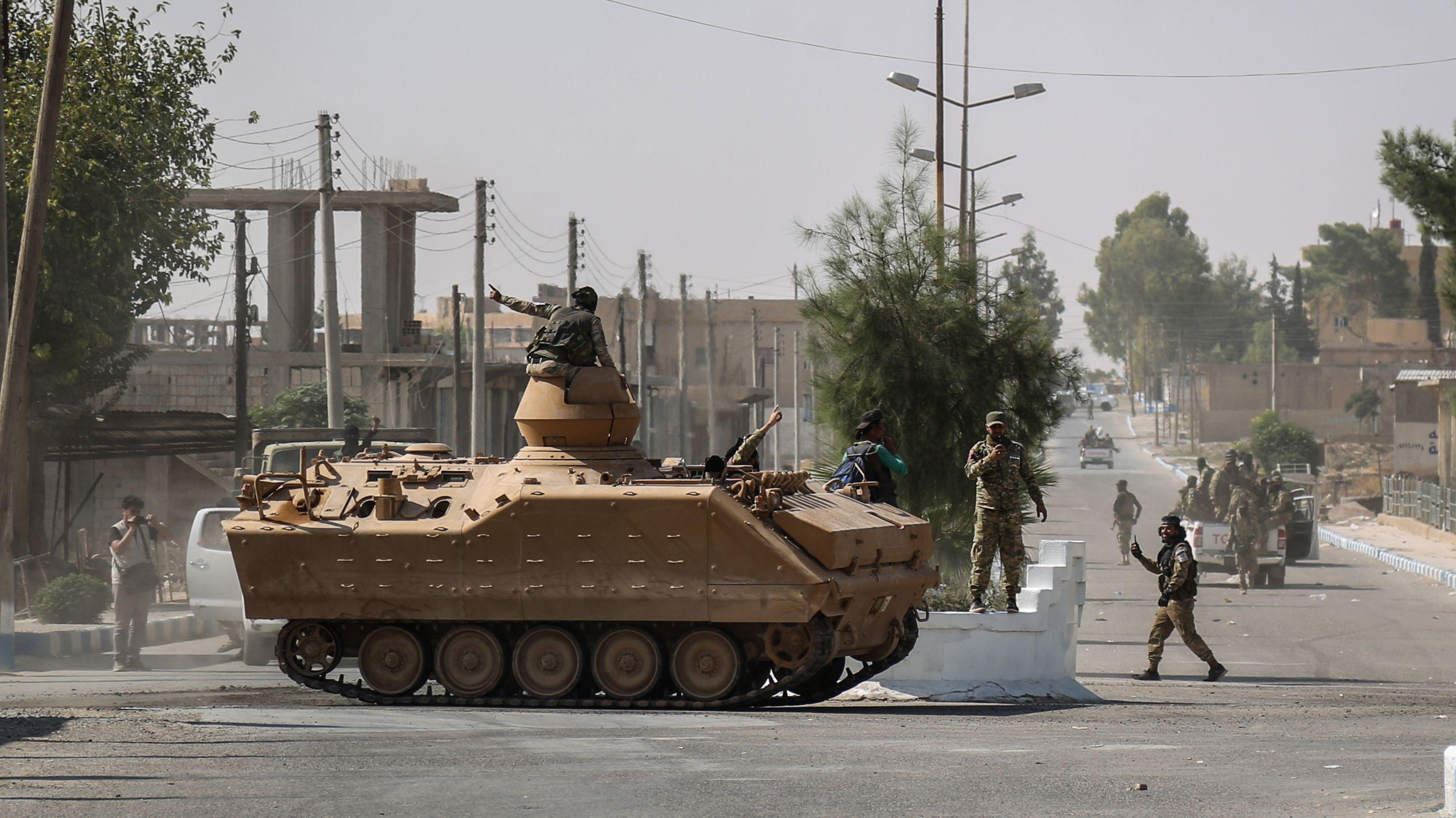 Suluk: Soldaten der syrischen Nationalarmee patrouillieren nach Zusammenstößen mit kurdischen Soldaten mit einem Panzer auf einer Straße.