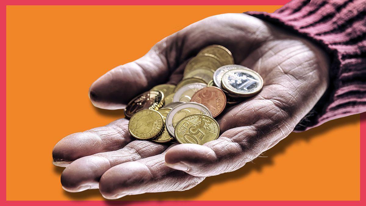 Eine offene Hand, in der einige Euro-Münzen liegen.