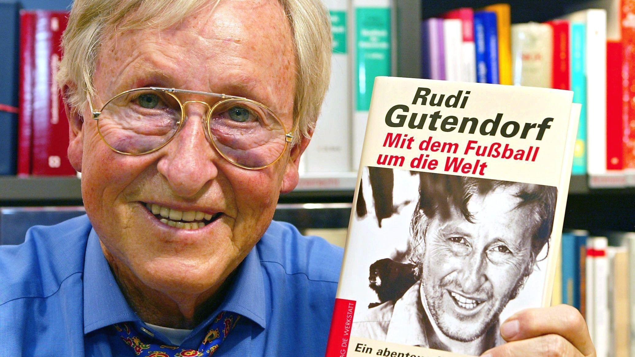 """Rudi Gutendorf mit seiner Autobiografie, die den Untertitel """"Ein abenteuerliches Leben"""" trägt."""