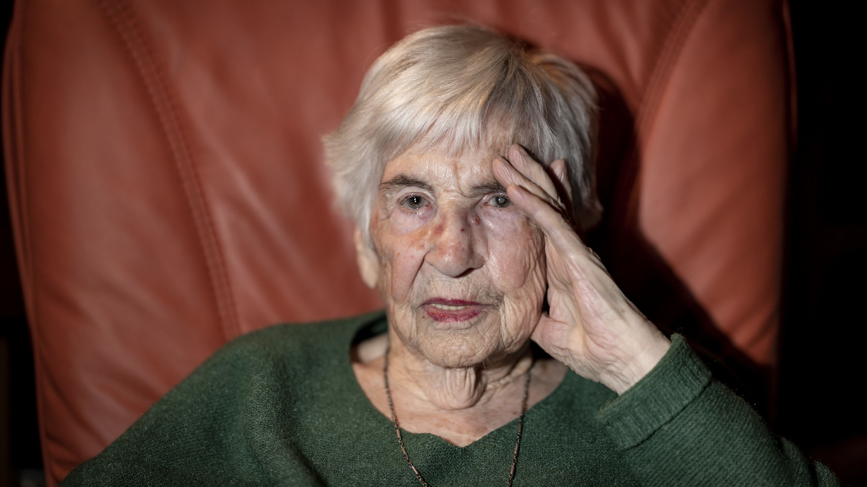 Esther Bejarano, deutsch-jüdische Überlebende des Konzentrationslagers Auschwitz-Birkenau, sitzt in einem Sessel.