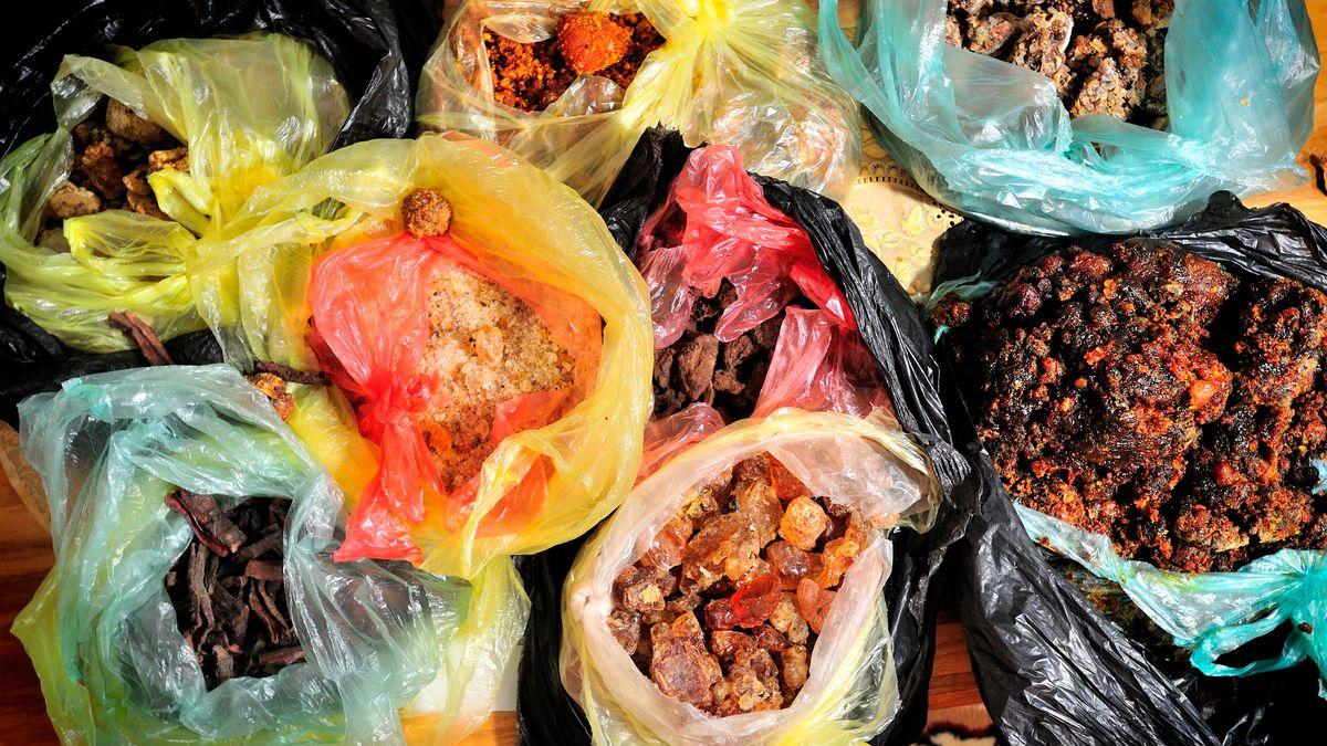 Myrrhe (rechts), Gummi arabicum (Mitte unten) und verschiedene Sorten Weihrauch/Olibanum