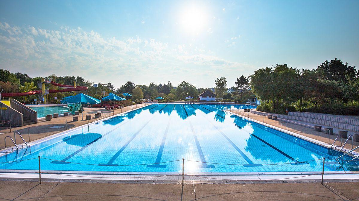 Ein Schwimmbecken im Freibad in Hallstadt