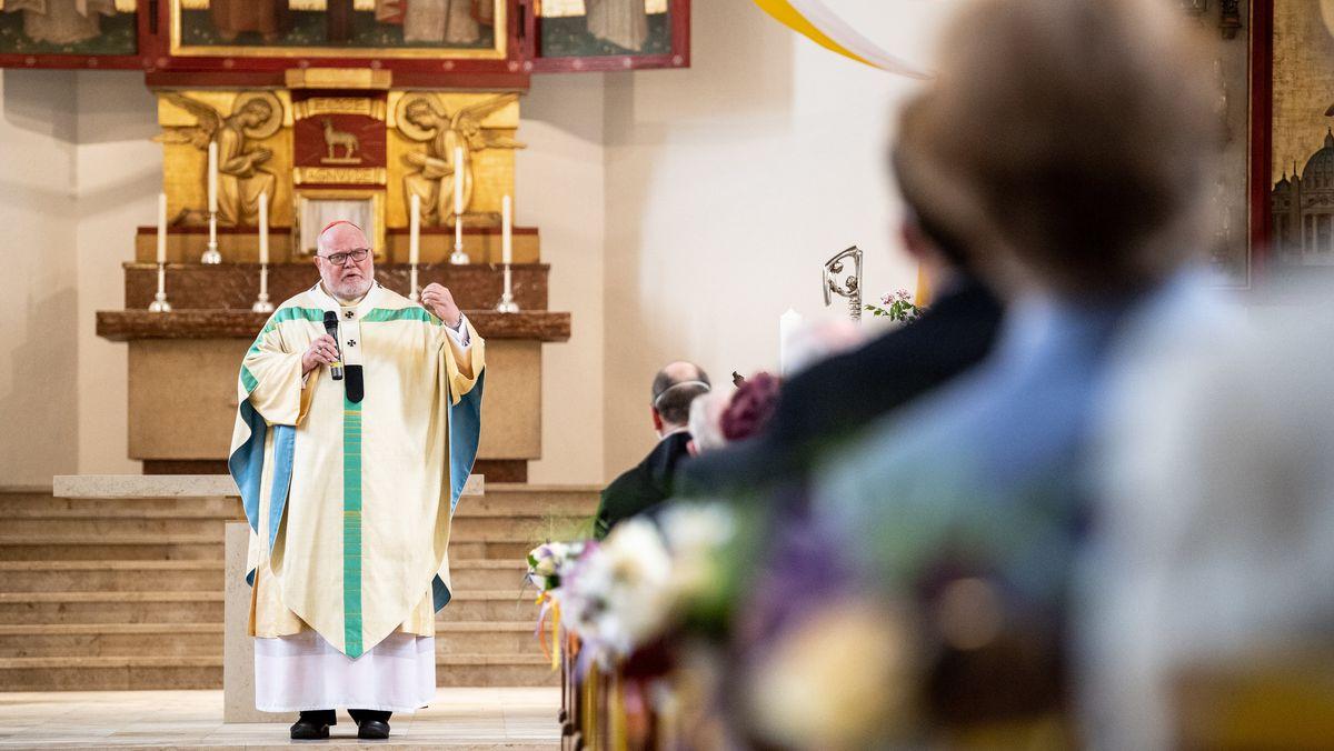 Reinhard Kardinal Marx, Erzbischof von München und Freising, hält im Gottesdienst in der Pfarrkirche St. Konrad seine Predigt.