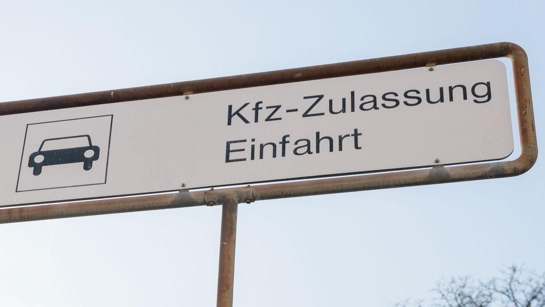 Einfahrt zu einer KfZ-Zulassungsstelle