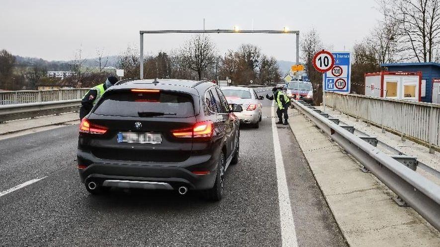 Am Grenzübergang zu Österreich kontrolliert die Polizei jedes Auto