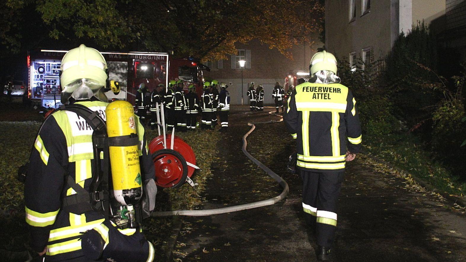 Feuerwehrleute beim Einsatz vor dem Inn-Salzach-Klinikum am 17. November.