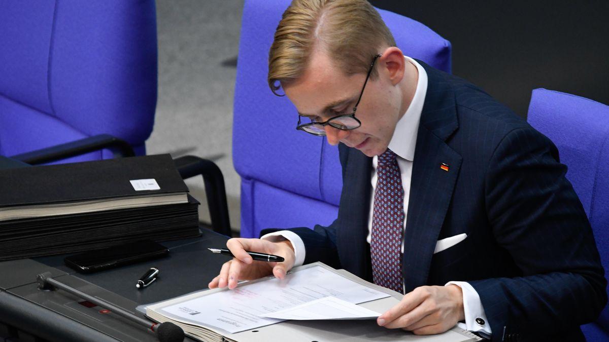 Philipp Amthor nach seinem kleinen Lobby Skandal zurueck im Bundestag