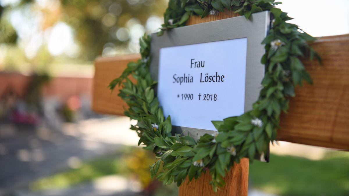Ein Kreuz steht auf dem Grab von Sophia Lösche