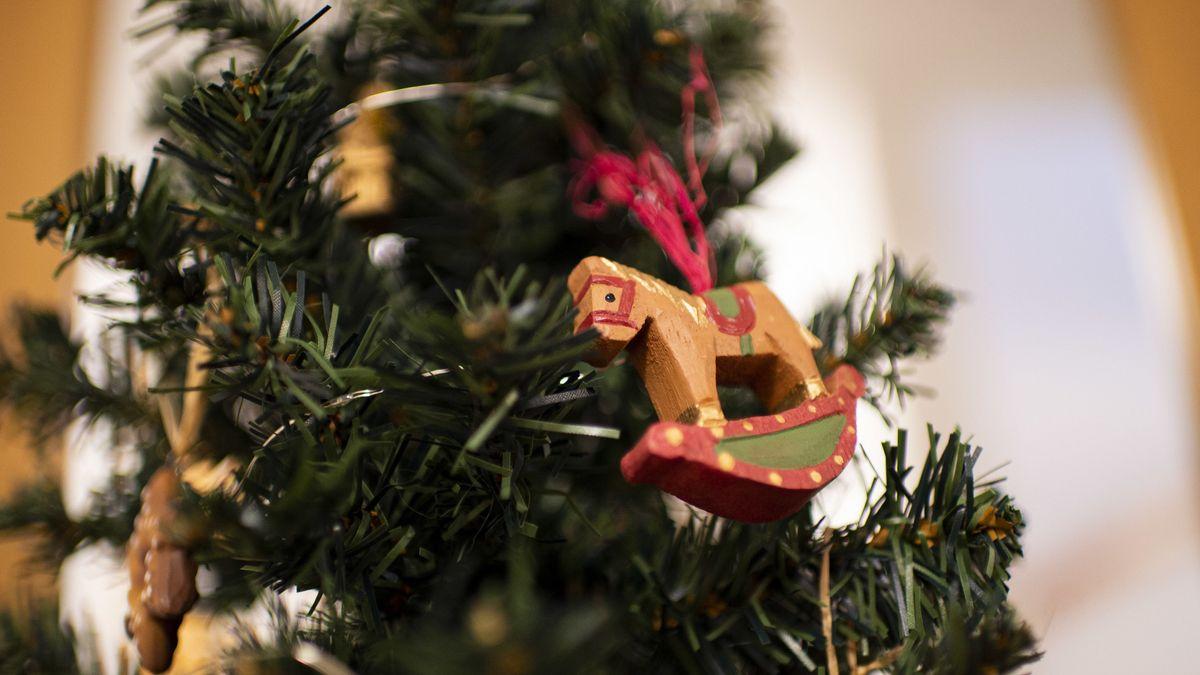 Baum mit Weihnachtsschmuck