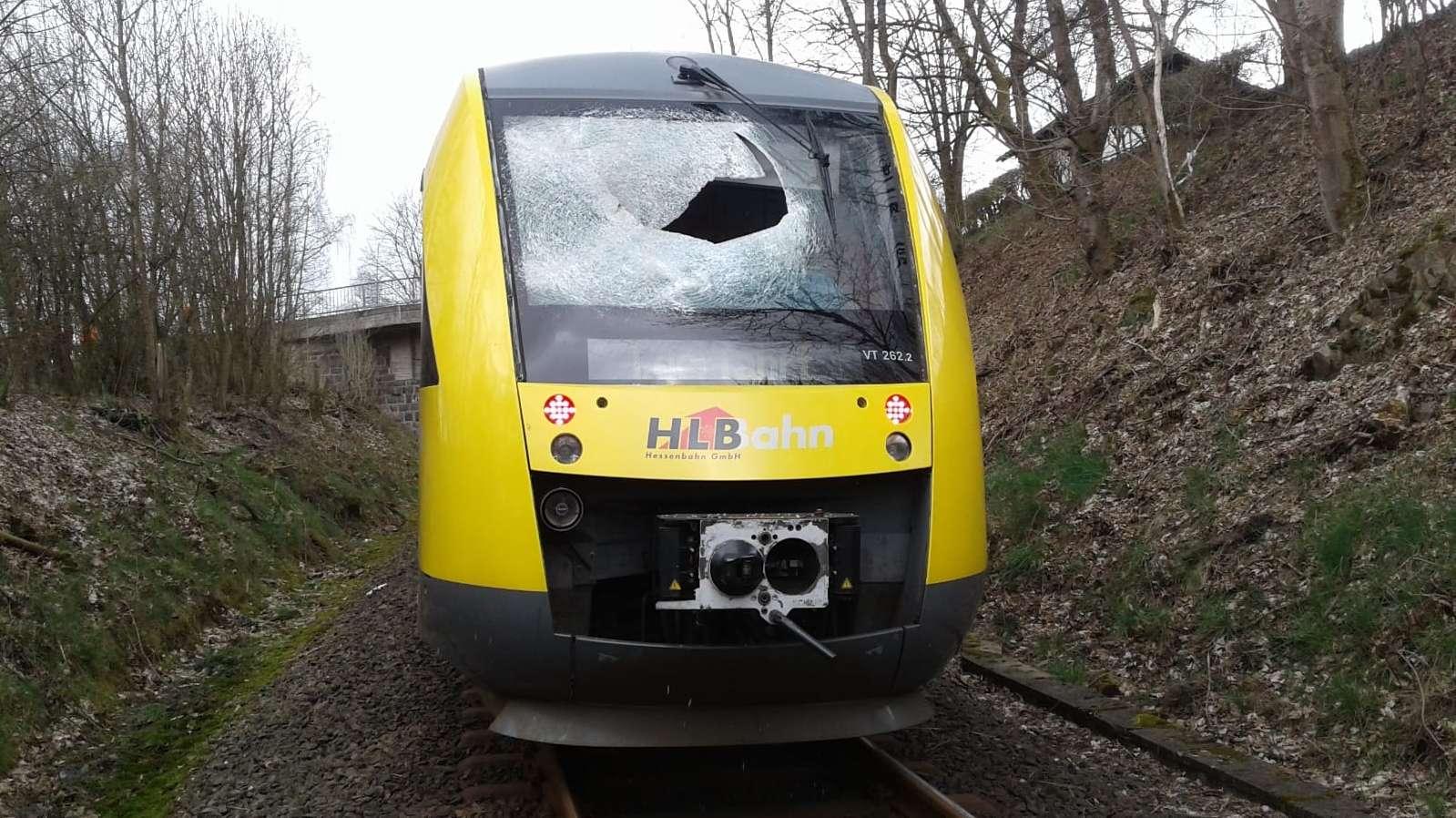 Bad Berleburg: Die zerstörte Frontscheibe eines Zuges der Hessischen Landesbahn.