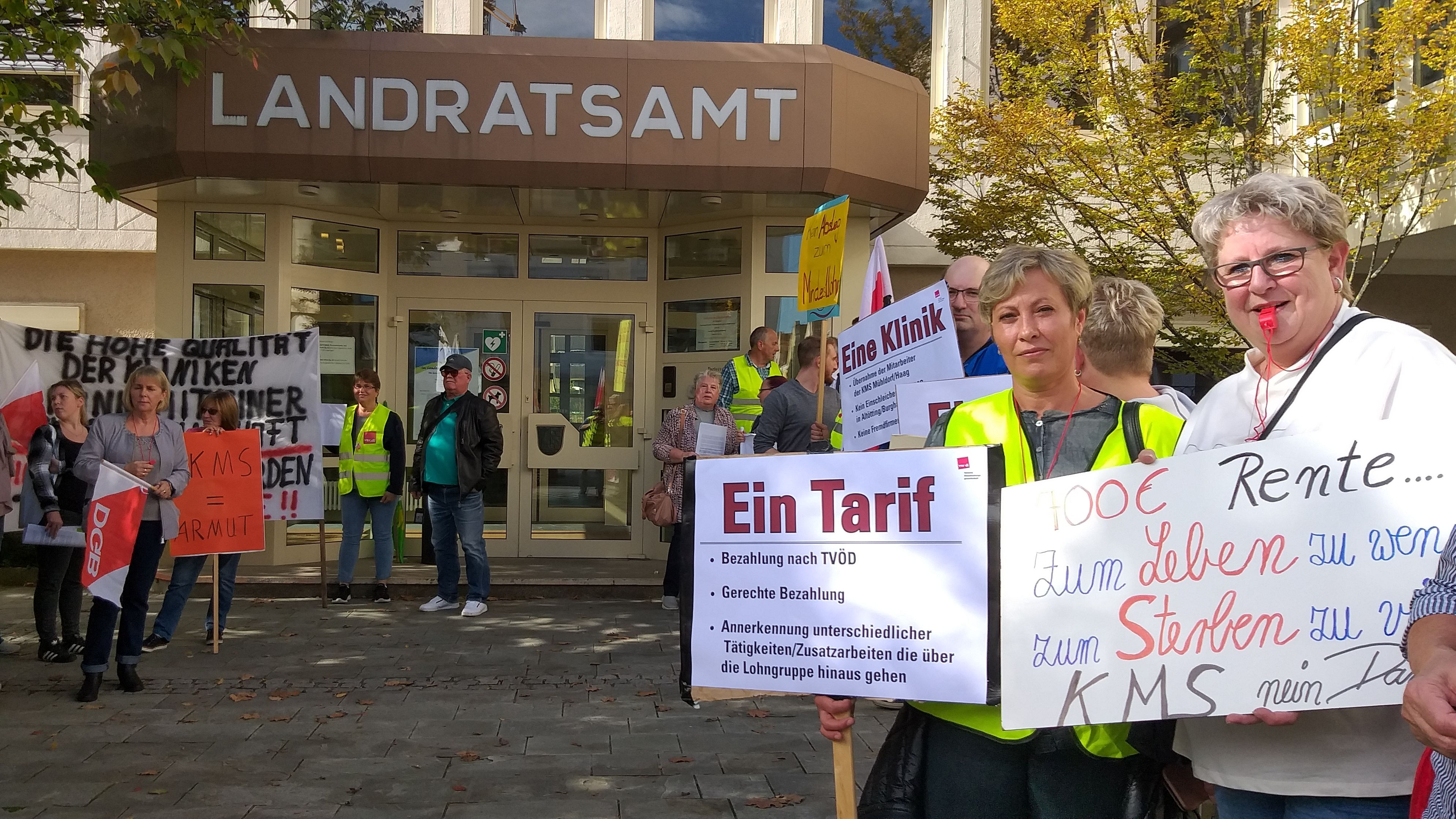 Protestierende vor dem Altöttinger Landratsamt
