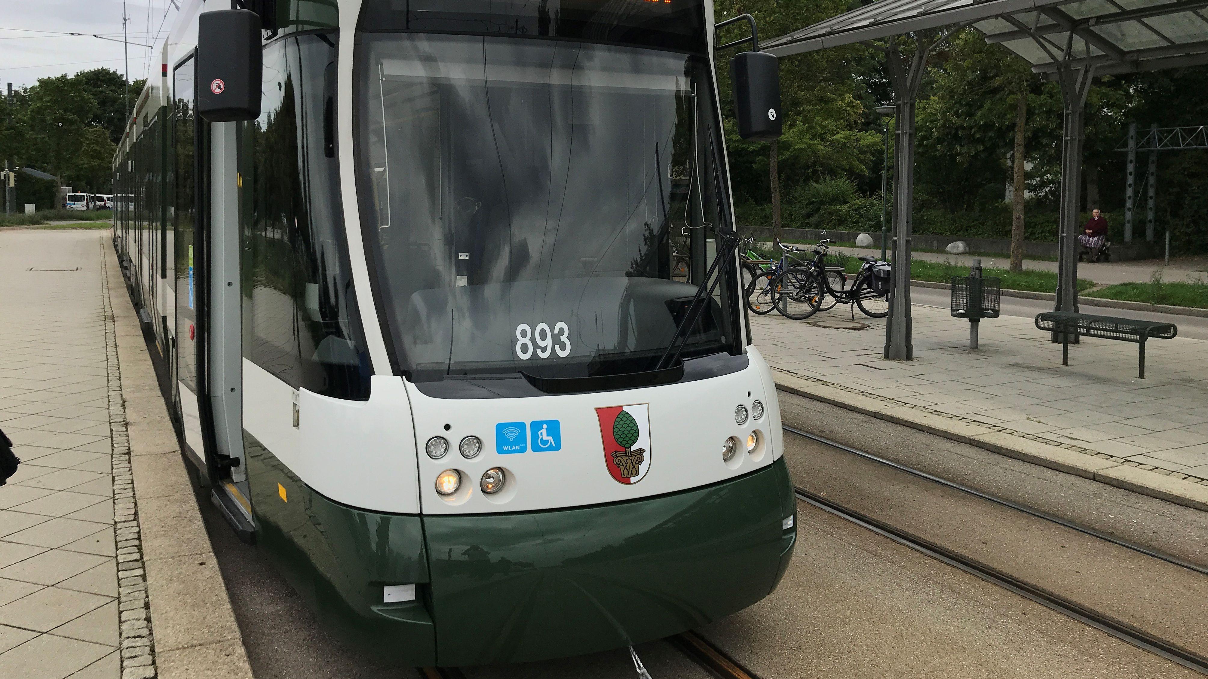 Eine Straßenbahn an der Endhaltestelle der Linie 3 Haunstetten West P+R an der Inninger Straße)