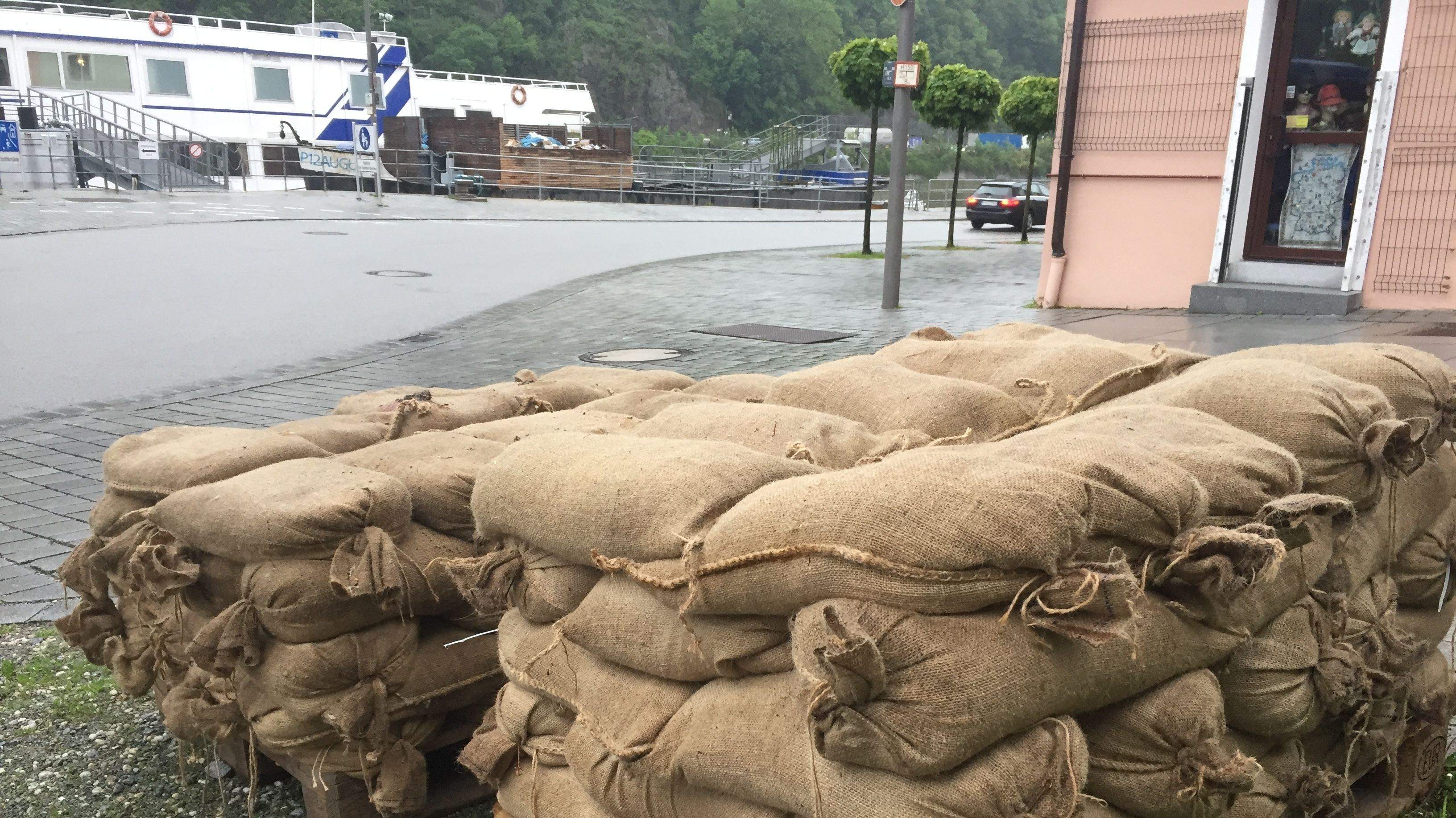 Sandsäcke liegen in Passau bereit
