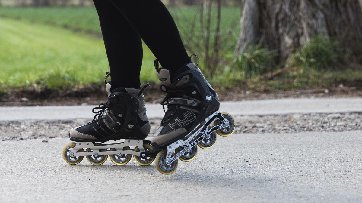 Eine Person beim Inline-Skaten
